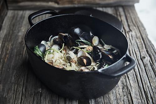 VARDAGEN - casserole with lid, cast iron | IKEA Hong Kong and Macau - PE792650_S4