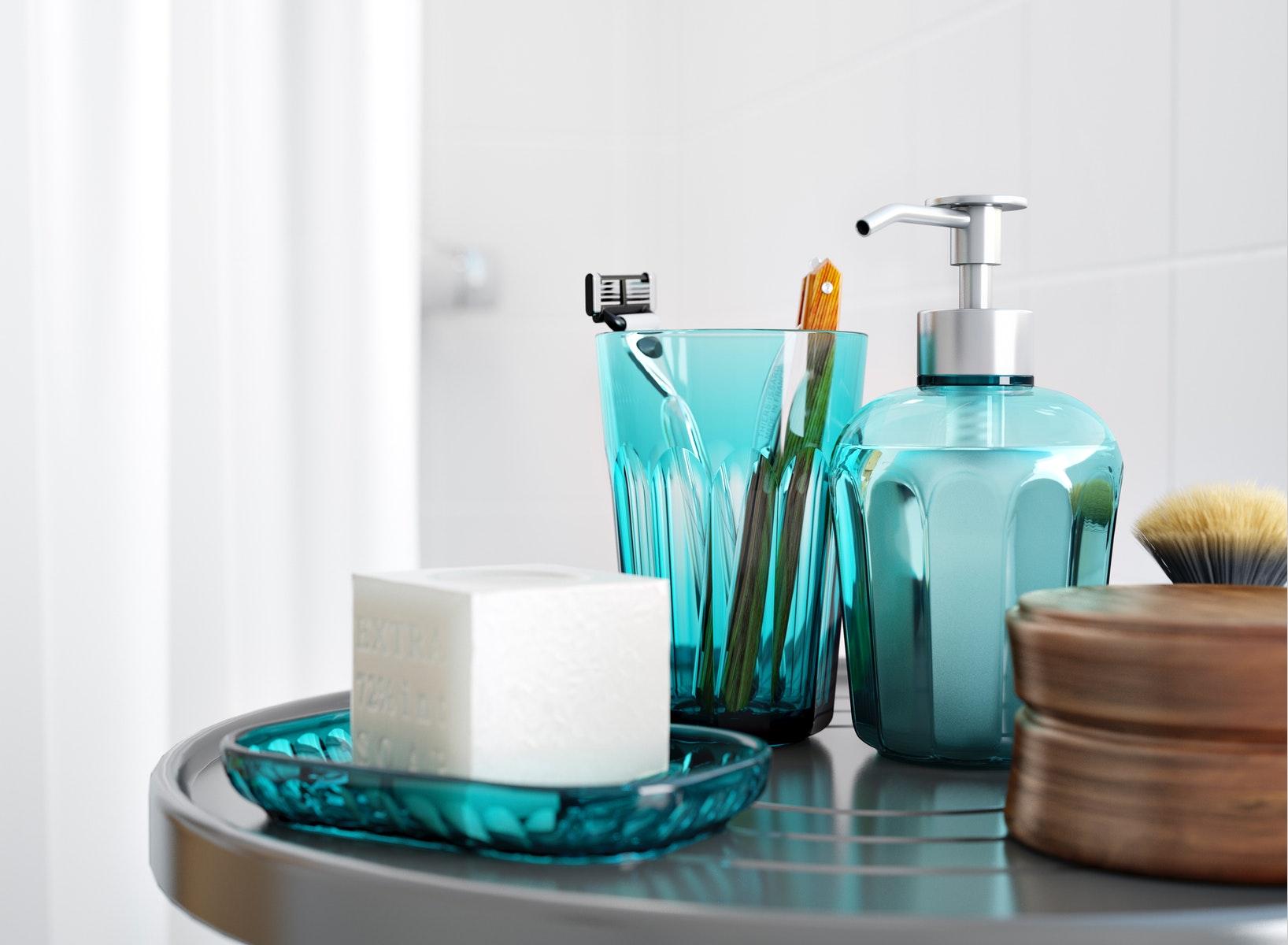 黑色SVARTSJÖN掛鈎配以同系列的藍綠色水杯和梘液器。