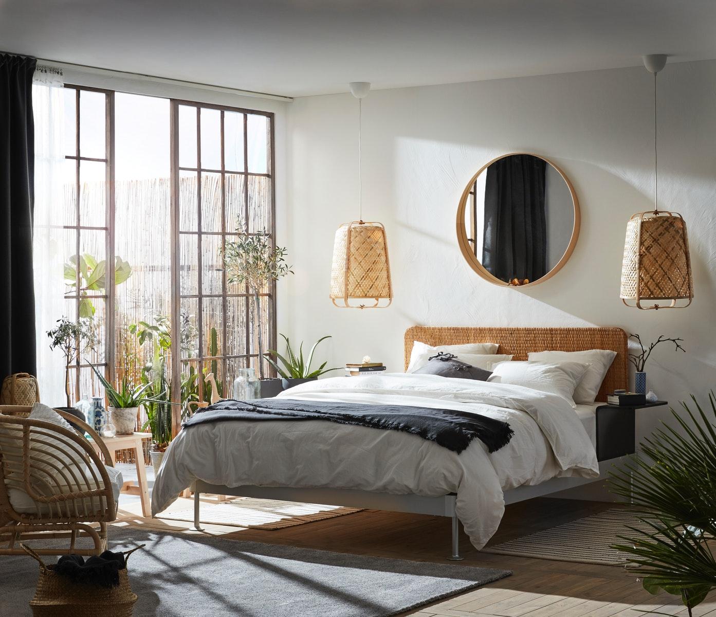 9. 床旁邊的結緣金三角。睡覺時聞到的香氣,睜開眼看到的鮮花,和床頭左右各放一盞溫暖黃光的床頭燈,寓意好事成雙,人生溫暖順遂,提升人人緣、桃花和貴人運。