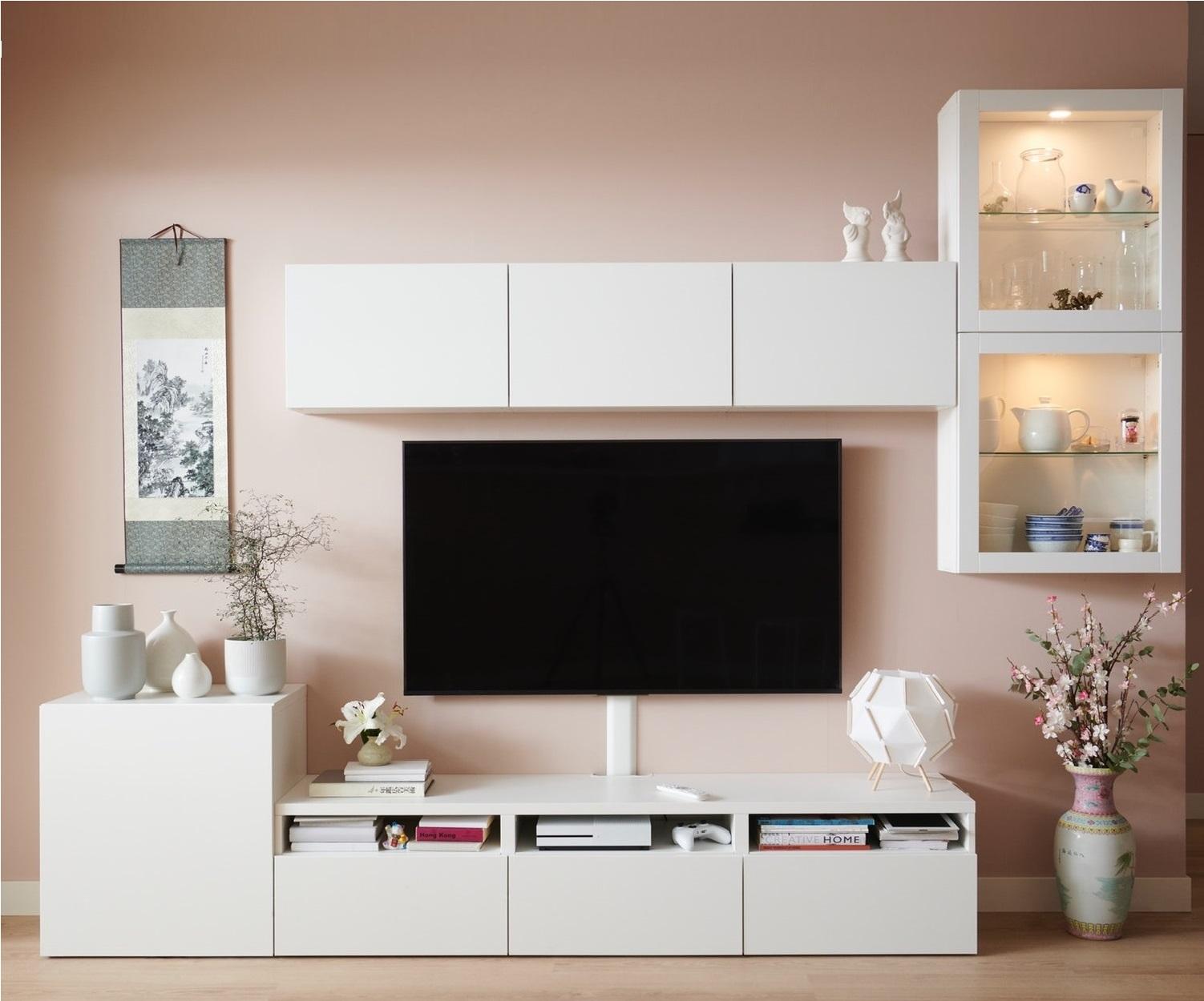 白色BESTÅ電視貯物方案由三個抽屜貯物櫃(其中一個設有櫃門)和五個牆架組合(兩個設有玻璃門)組成。