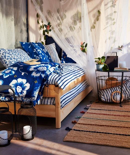 在日間將兩張UTÅKER疊床疊成梳化,上面放些枕頭及咕。