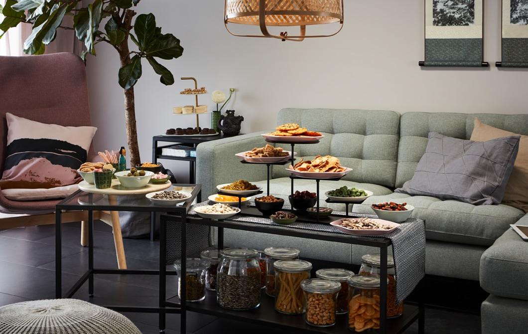 擺放角位梳化及扶手椅的客廳一角,前方的茶几放有以容器裝好及準備享用的零食。