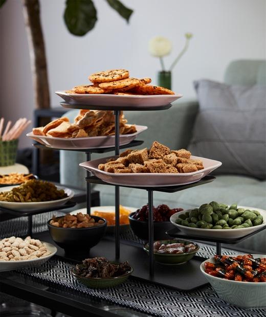 放在梳化旁茶几上的多層展示架,以及盛載各式零食的多隻小碗。