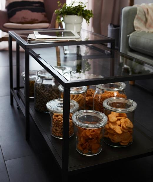 幾個裝著零食的大透明玻璃瓶,全部放在VITTSJÖ茶几下層。