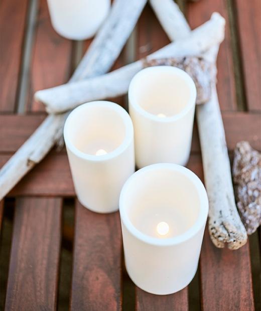 木檯上有LED蠟燭和浮木。