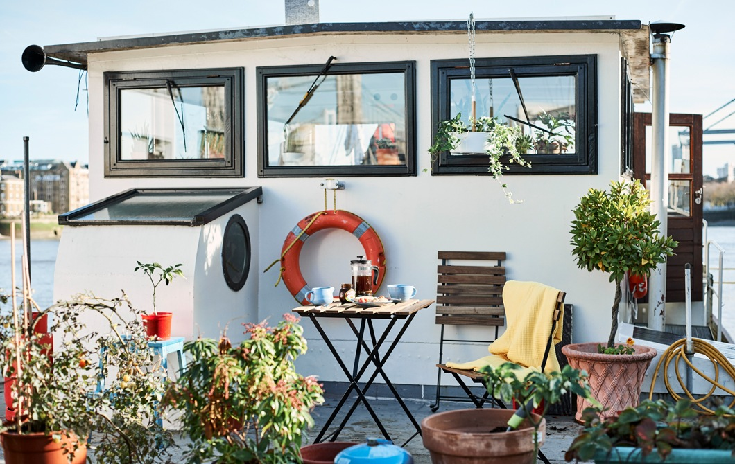 甲板上有植物和座椅的船屋。