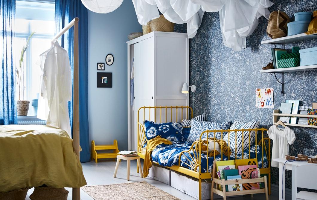 黃藍色主題睡房,一邊放著父母的睡床,另一邊則擺放孩子的睡床。