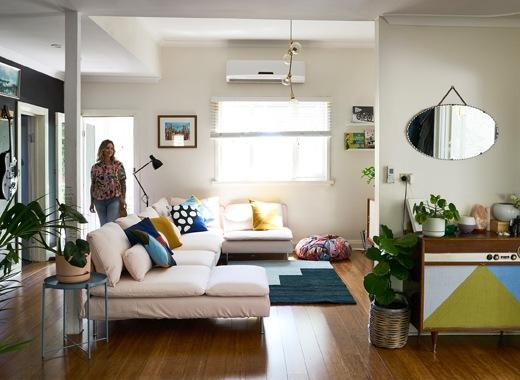 Nici走進白色的客廳,內有淺粉紅色大梳化、藍色地氈和古董廚櫃。