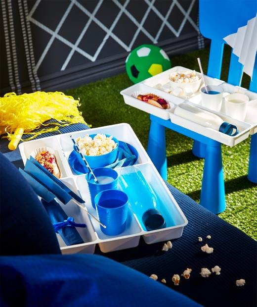 刀叉餐具盤附有不同間隔,可用來擺放飲品、零食及打氣彩旗。