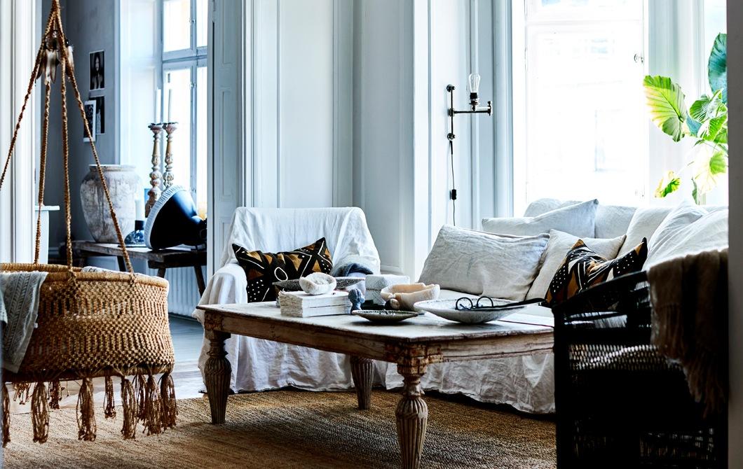 客廳放有白色梳化、田園風格餐檯和藤製吊椅。