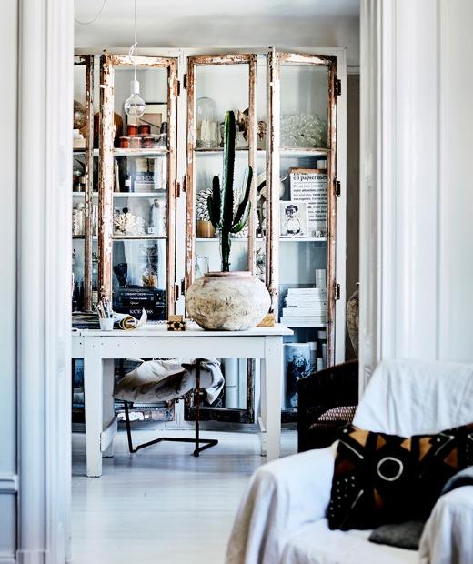 白色檯後有一個白色玻璃門貯物櫃,內有擺設和瓶子。
