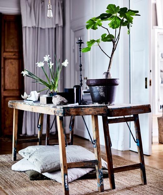 充滿田園氣息的木製長凳上放有盆栽和石頭。
