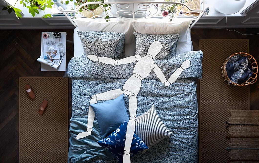 睡房內放有一張大床,有一個虛擬人形木偶躺在床上。