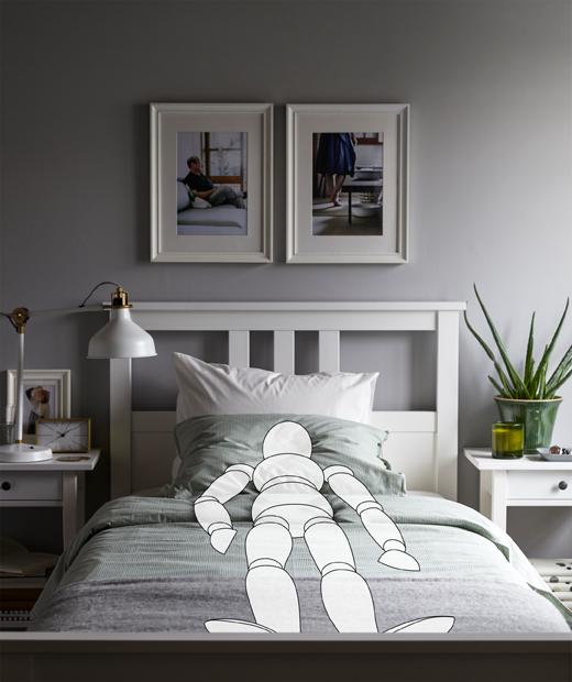 在睡房裡,一個虛擬人形木偶筆直地躺在床上,房間非常整齊。