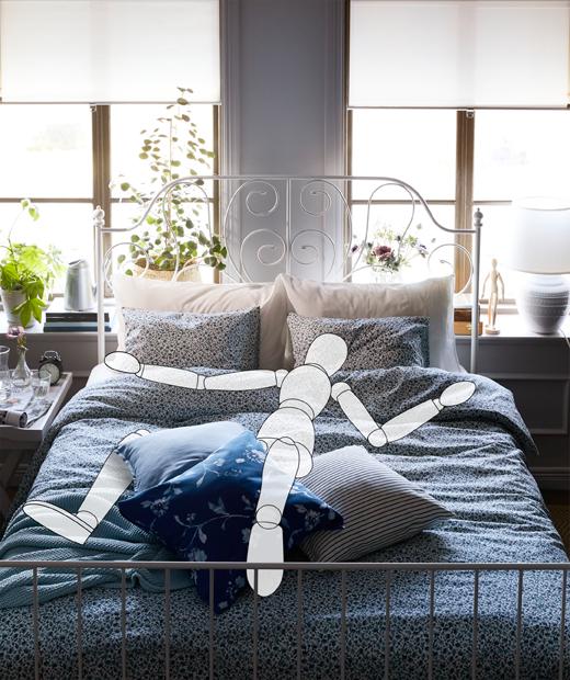 睡房窗旁有一張大睡床,虛擬人形木偶大字形躺在床上。