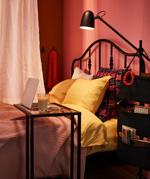 大床中間掛有一幅布簾,劃分兩半,一邊用作工作空間。
