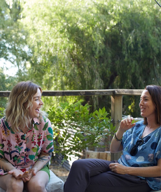 Nici和朋友在花園談笑。
