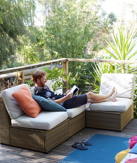 在花園的平台上,Ben坐在戶外角位梳化享受悠閒。