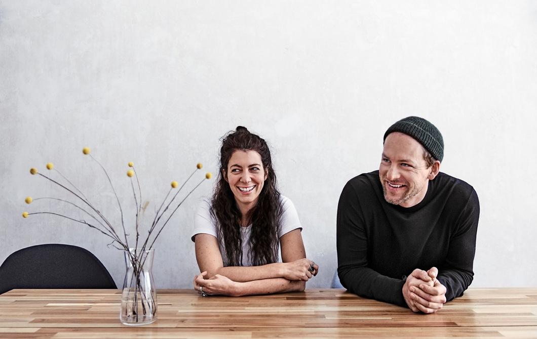坐在餐檯旁的Julia及André。
