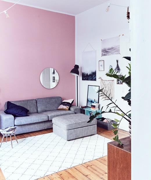 高樓底客廳、粉紅色牆,以及灰色梳化連腳凳。