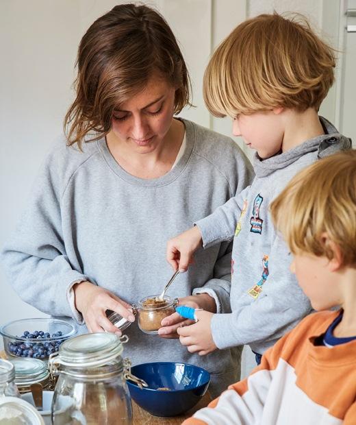 Nina與兩名兒子在廚房準備食材。