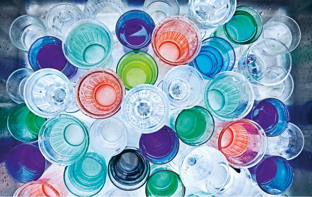 一系列色彩繽紛的水杯。