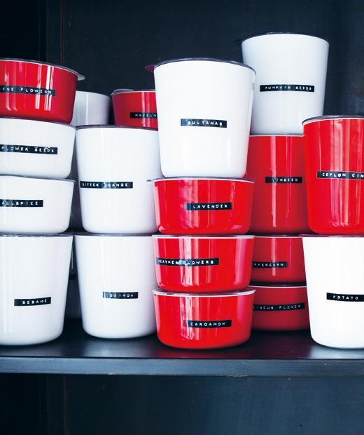疊起的紅色和白色花盆附有標籤,內有乾貨。