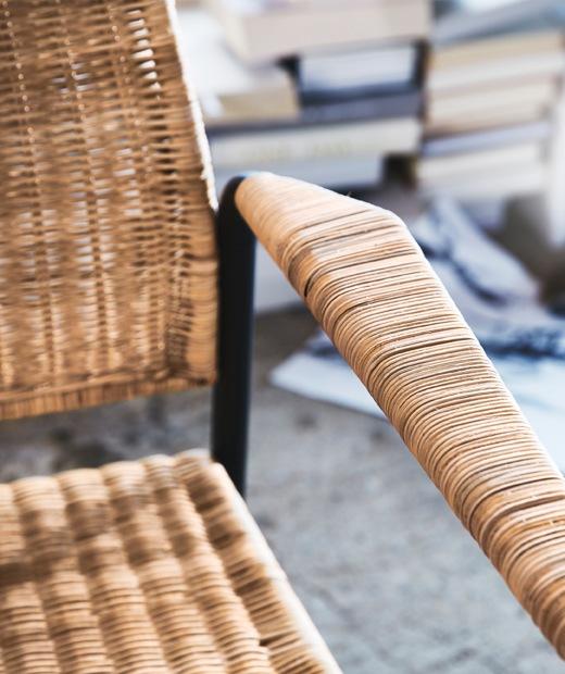 金屬框織藤扶手椅的扶手和座椅。