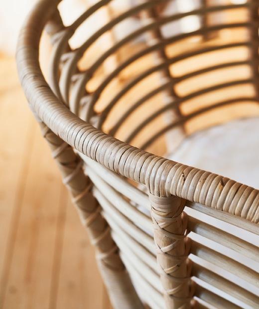 織藤扶手椅的弧形椅框。