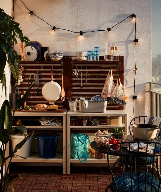 在露台末端擺放層架組合、牆板、LED燈串及廚具,立即變出簡單的戶外廚房。