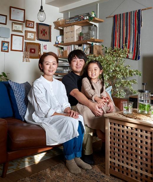 Mieko、Kenta和女兒坐在梳化的照片。