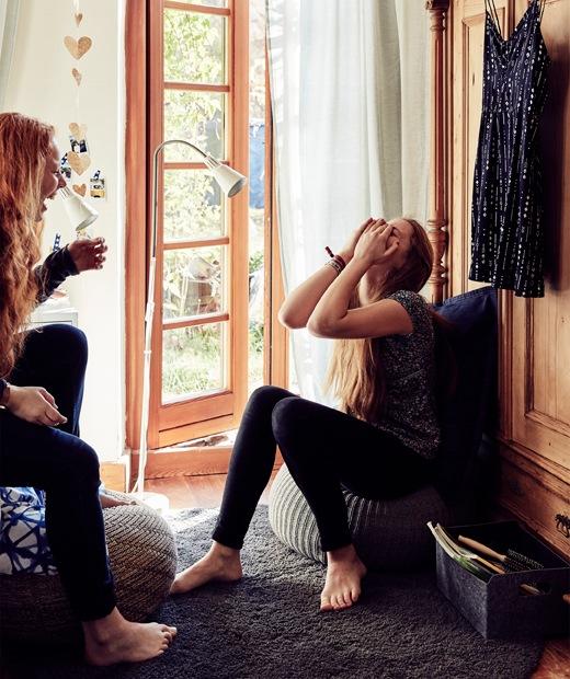 Malin坐在鋪上中性色調寢具和放有藍色咕𠱸的床上,床上方裝有牆架。在落地玻璃門旁,Malin和Stine坐在一起大笑。