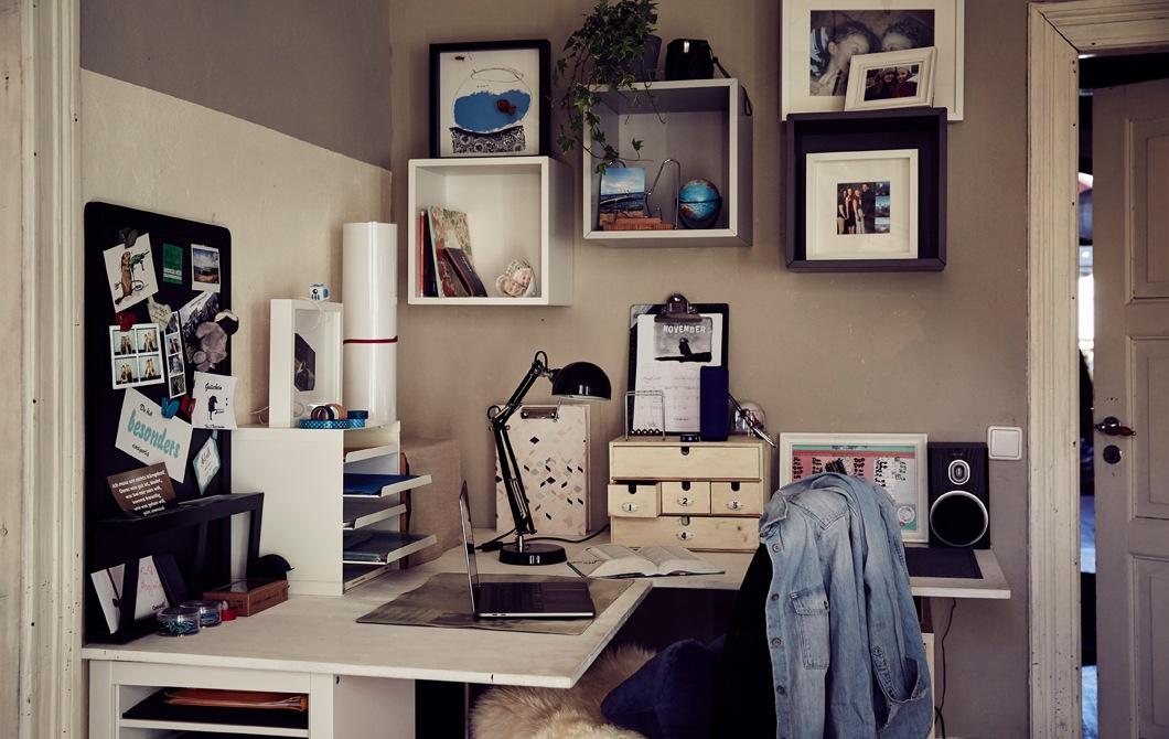 角位書檯上放有信件架和幾個貯物盒,上方牆壁裝有幾個方形貯物組件。