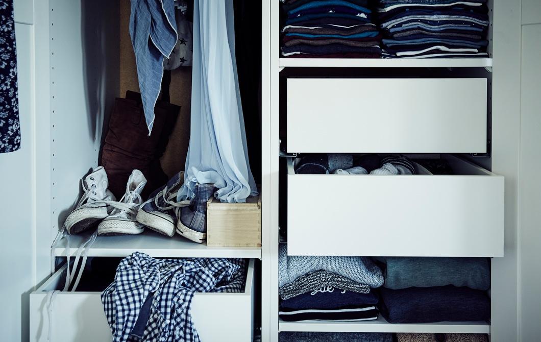 衣櫃設有層架、抽屜和掛衣空間,放滿衣服。