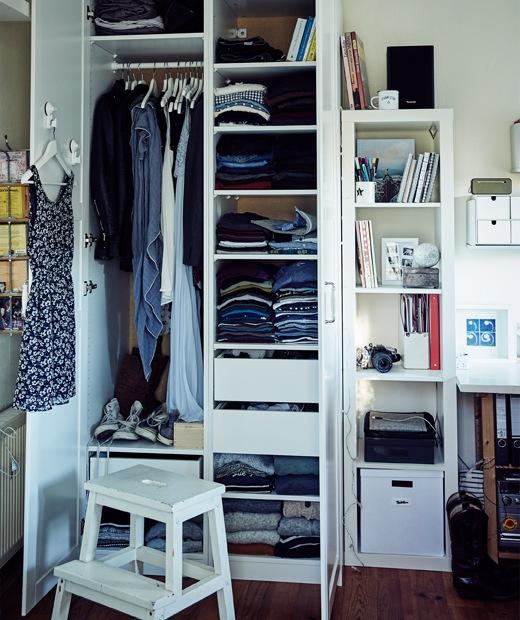 在Stine的衣櫃裡,衣物疊在層板上和掛在掛桿上。