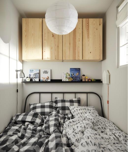 有兩張被的睡床,上方牆架擺放書本,牆上設有木貯物櫃。