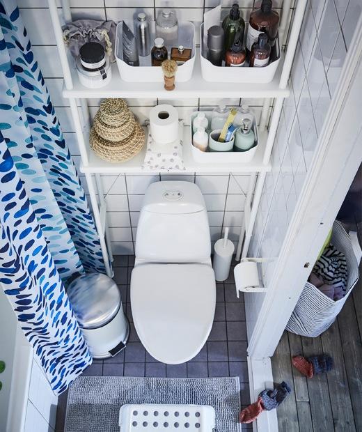 廁所上方的層架收納浴室用品。