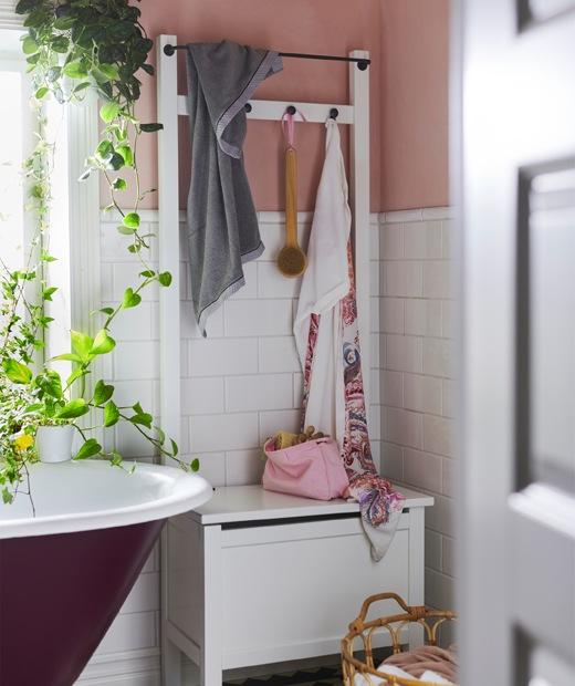 放在浴缸及植物旁的貯物長几連毛巾架/掛鈎。