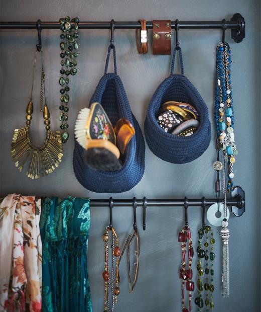 藍色牆上的掛桿掛著各種首飾及配飾。