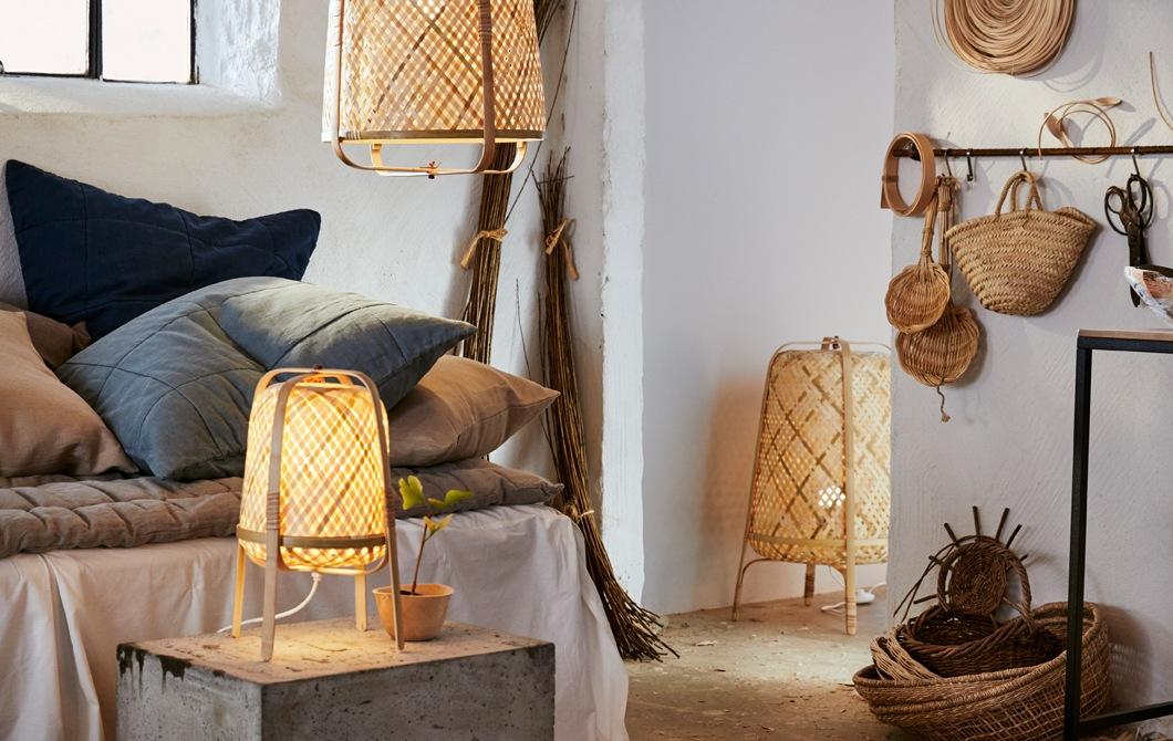 白色房間內有中性色調布藝產品、藤籃,以及竹製座地燈、座檯燈和吊燈。