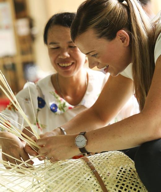 一個女人向Anna Granath教授傳統織竹技巧。