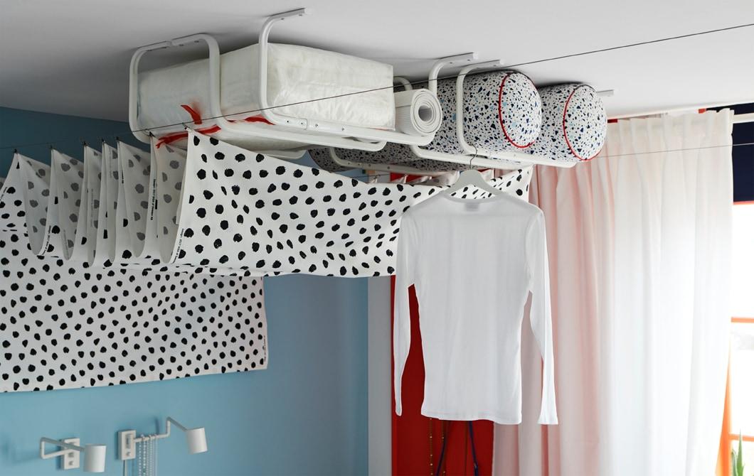 安裝在天花板的幾個白色MULIG掛衣架,既可收納,也可晾衫。