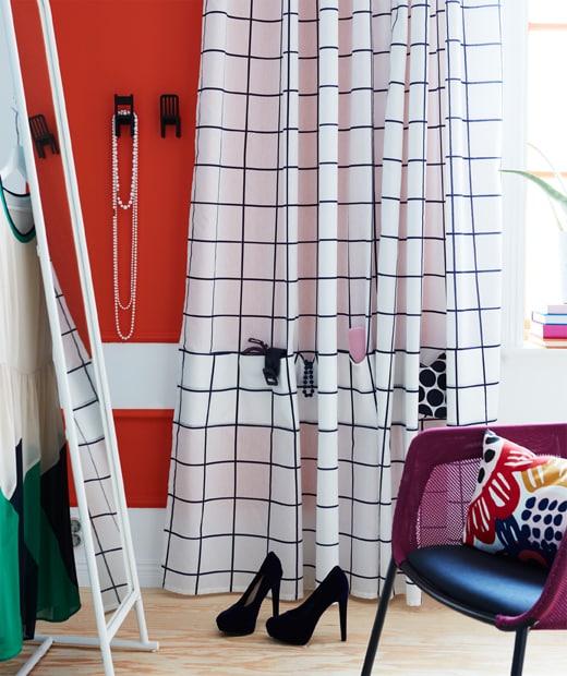 化妝間設有一面大鏡子,掛上白色和藍色宜家家居ROSALILL窗簾,更附有可收納飾物的口袋。