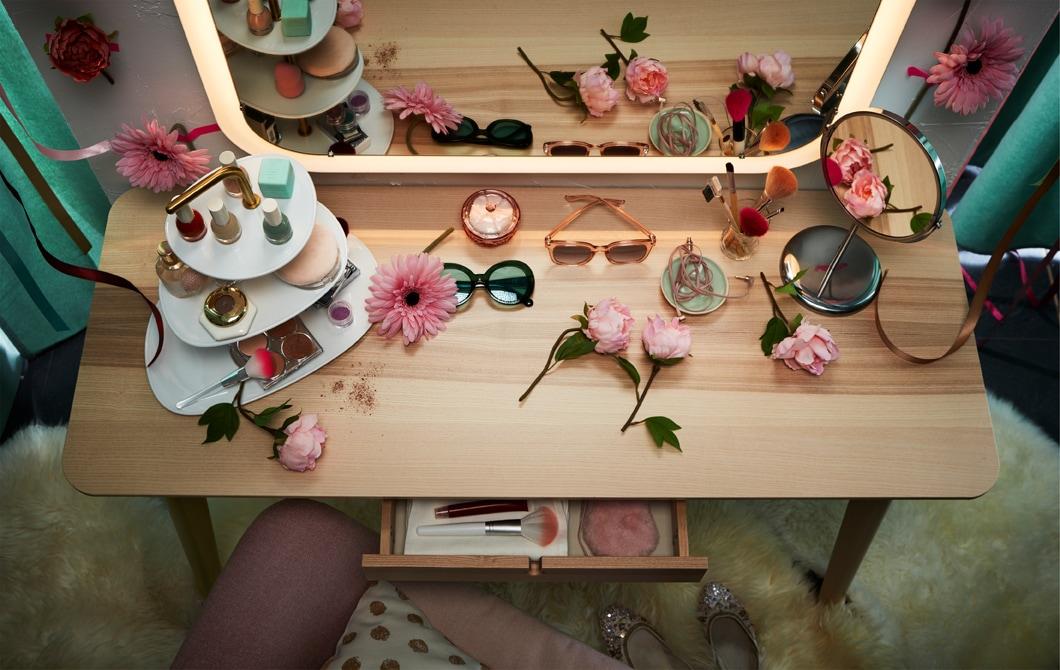將LISABO書檯和連內置燈飾的STORJORM鏡子組合,成為實用梳妝檯。
