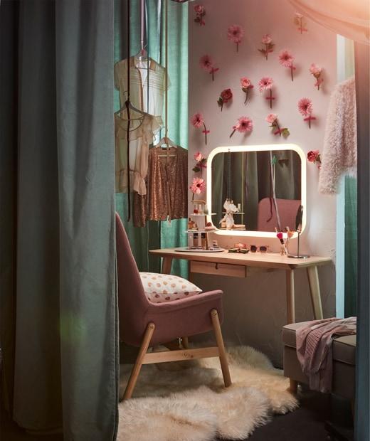 配以內置照明的STORJORM鏡子放在花花牆壁前,成為化妝的空間。