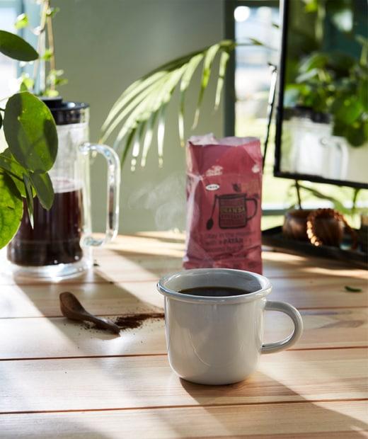 淺灰色EGENDOM杯裝滿PÅTÅR咖啡,成就完美的早餐時刻。