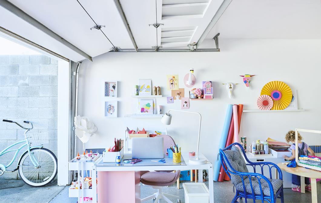 拉起閘門的車庫內是色彩繽紛的工作間,內有書檯、活動几、椅子及掛牆陳列架。