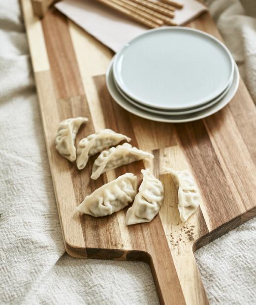 放在木砧板上的壽司及碟。