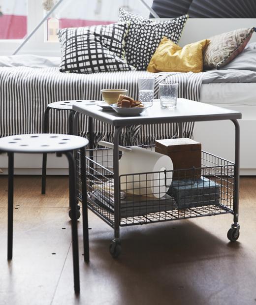 附有滾輪的檯連檯底貯物籃、兩張小凳及一張日間床。