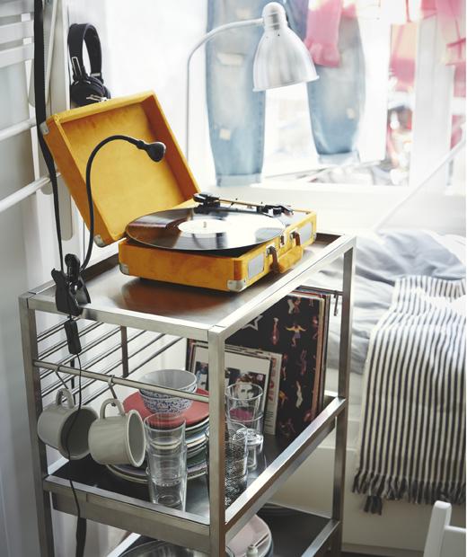 金屬活動几上面擺放可調校角度的夾式射燈,下方層架則擺放餐具。